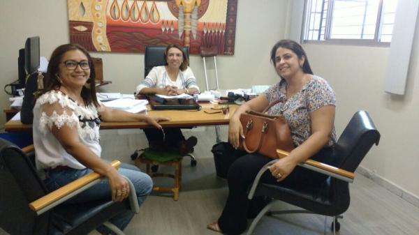 EM BUSCA DE PARCERIAS SECRETÁRIA MUNICIPAL DE DESENVOLVIMENTO SOCIAL DE...